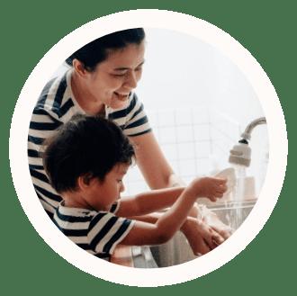mor og barn gør rent